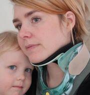 Lisa Hallin tillsammans med sitt barn. Privat