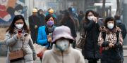 Fem kvinnor bär ansiktsmasker i Peking som skydd mot luftföroreningarna. Arkivbild. Andy Wong / TT NYHETSBYRÅN