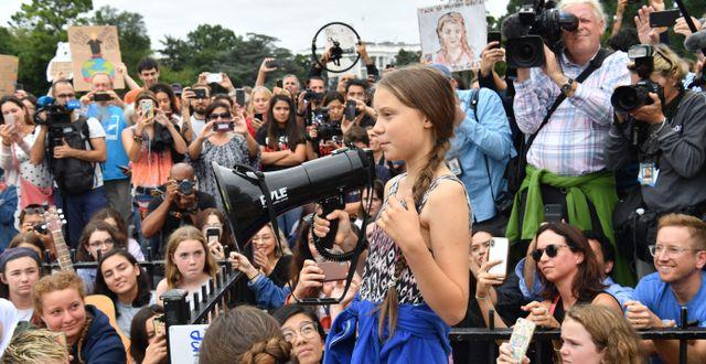 Greta Thunberg tillsammans med skolbarnen utanför Vita huset. NICHOLAS KAMM / AFP