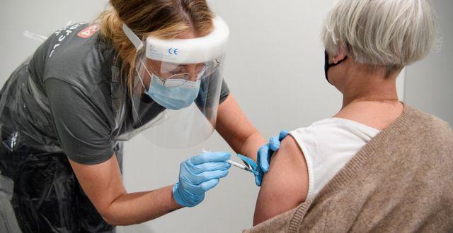 En kvinna får vaccin. Jessica Gow / TT NYHETSBYRÅN