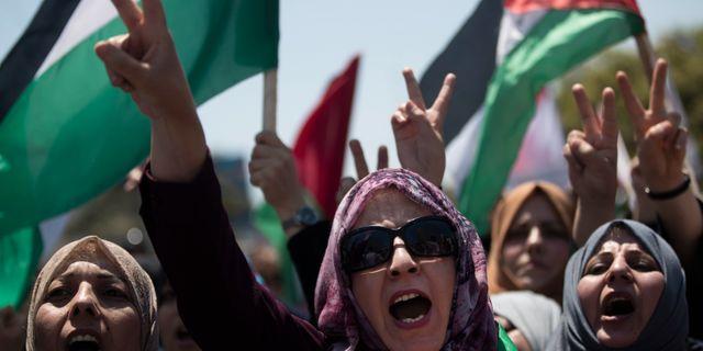 Palestinska kvinnor demonstrerar mot Israels planer på annektering. Khalil Hamra / TT NYHETSBYRÅN