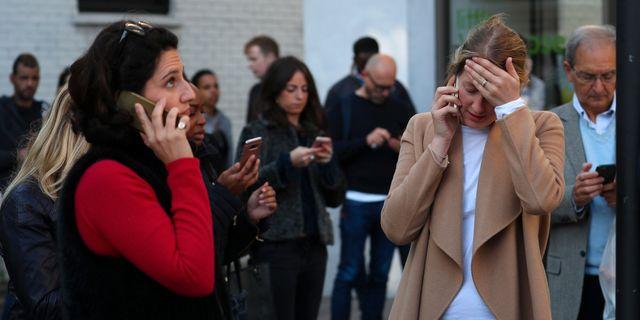 Arkivbild. Människor på plats vid Parsons Green efter attentatet. HANNAH MCKAY / TT NYHETSBYRÅN