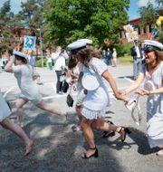 Studenter på Nacka gymnasium springer ut ur skolan på examensdagen. Jessica Gow/TT / TT NYHETSBYRÅN
