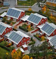 Flygbild över villor med solpaneler på taken.  Bertil Ericson / TT / TT NYHETSBYRÅN