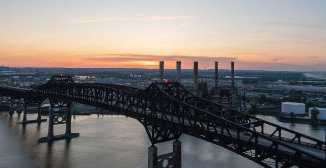 Den aktuella bron.  Shutterstock