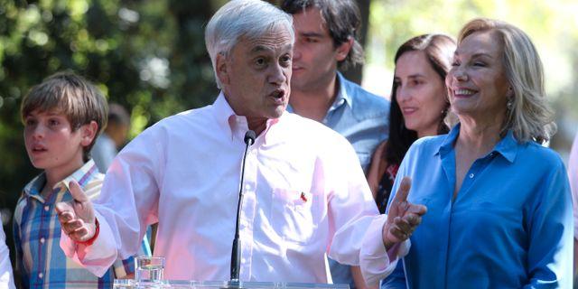 Sebastián Piñera tillsammans med hustrun Cecilia Morel och barnbarn. RICARDO ROJAS / TT NYHETSBYRÅN