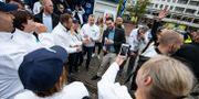 Jimmie Åkesson (S) med partikamrater och väljare. Johan Nilsson/TT / TT NYHETSBYRÅN