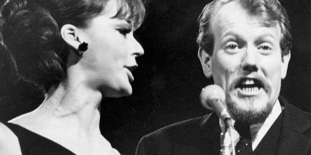 """Lill Lindfors och Svante Thuresson sjunger """"Nygammal vals"""" i svenska melodifestivalen 1966. Arkivbild. Jan Björsell / TT / / TT NYHETSBYRÅN"""