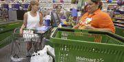 Arkivbild: Kvinna handlar på Wal-Mart i Bentonville, Arkansas den 14 october 2015. TT