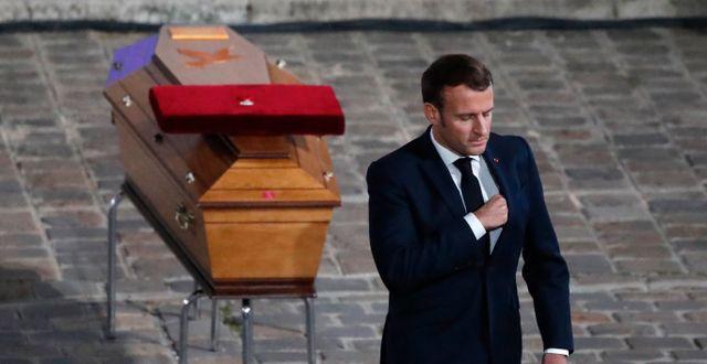Emmanuel Macron vid Samuel Patys kista. Francois Mori / TT NYHETSBYRÅN