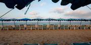 Illustrationsbild: Solstolar på en strand i thailändska Phuket.  Soe Zeya Tun / TT NYHETSBYRÅN