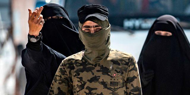 Säkerhetspolis med påstådda familjemedlemmar till IS-medlemmar i lägret al-Hol i Syrien. DELIL SOULEIMAN / AFP