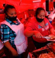 Gatuförsäljare i Mexico City. Rebecca Blackwell / TT NYHETSBYRÅN