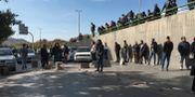 Demonstranter vid en vägspärr i Teheran. TT NYHETSBYRÅN