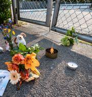 Sörjande har lämnat blommor vid badet.  Johan Nilsson/TT / TT NYHETSBYRÅN