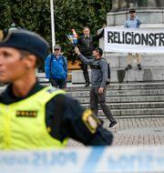Personer från det danska högerextrema partiet Stram kurs demonstrerar med koranen på Stortorget i Malmö. Johan Nilsson/TT / TT NYHETSBYRÅN