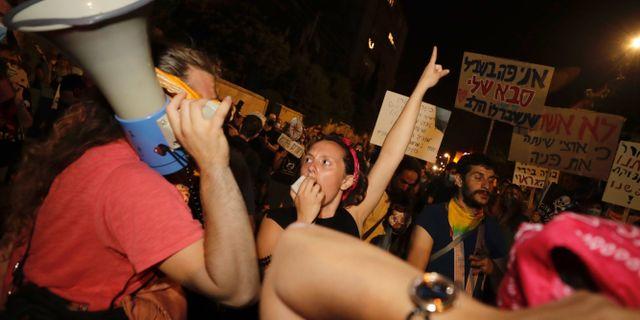 Demonstranter utanför Benjamin Netanyahus residens.  Sebastian Scheiner / TT NYHETSBYRÅN