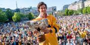 Dennis Everberg firar VM-guldet i Kungsträdgården dagen efter finalen i ishockey-VM den 21 maj 2018 SIMON HASTEGÅRD / BILDBYRÅN