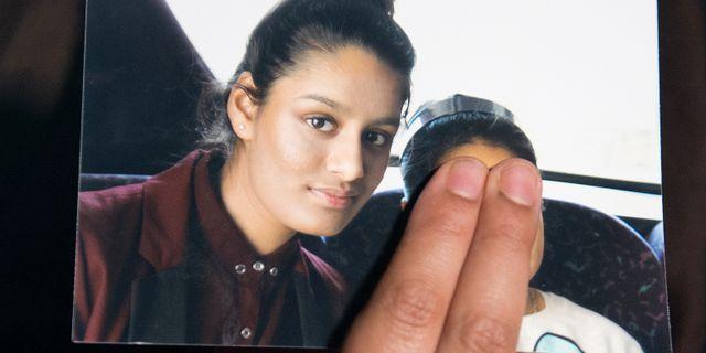 Shamima Begums syster håller upp ett fotografi som visar tonåringen. POOL / TT NYHETSBYRÅN