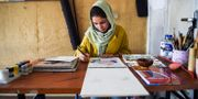 Afghanska konstnären Zahra på sitt kontor i Kabul, Afghanistan. WAKIL KOHSAR / AFP