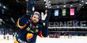 Dick Axelsson tackar publiken på Hovet. JESPER ZERMAN / BILDBYRÅN