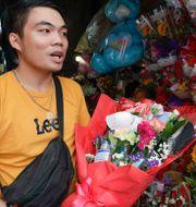 Blomförsäljare i Manila. Aaron Favila / TT NYHETSBYRÅN