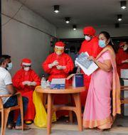 Sjukvårdare testar för covid-19. Eranga Jayawardena / TT NYHETSBYRÅN
