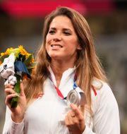 Maria Andrejczyk med sin silvermedalj.  Martin Meissner / TT NYHETSBYRÅN