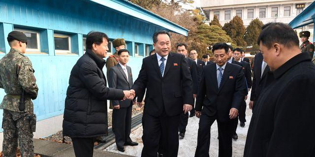 Ledarna för de sydkoreanska och nordkoreanska delegationerna skakar hand inför mötet i  Panmunjom.  STRINGER / TT NYHETSBYRÅN