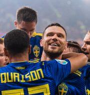 Svenskarna firar Bergs mål. JOEL MARKLUND / BILDBYRÅN