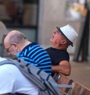 En man tar en tupplur en varm morgon i Madrid i veckan Paul White / TT NYHETSBYRÅN