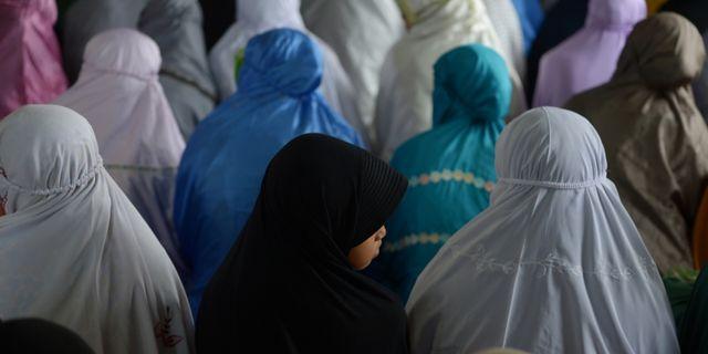 Indonesiska kvinnor och flickor i bön under Ramadan. ADEK BERRY / AFP