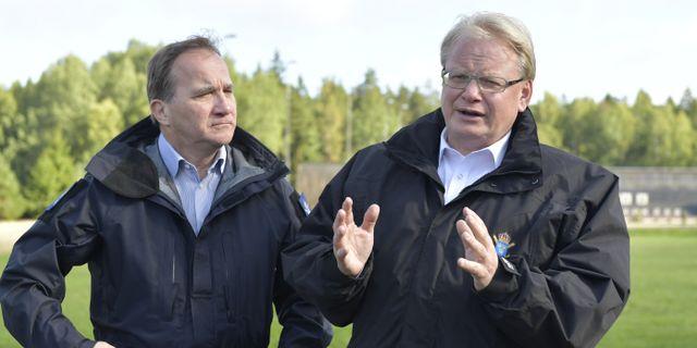 Statsminister Stefan Löfven och försvarsminister Peter Hultqvist. Arkivbild från 2017. Jessica Gow/TT / TT NYHETSBYRÅN