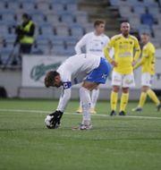 IFK Norrköpings Christoffer Nyman lägger upp bollen på strafflinjen.  Stefan Jerrevång/TT / TT NYHETSBYRÅN