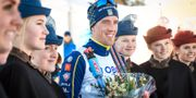 Calle Halfvarsson får blommor efter sin andraplats. Ulf Palm/TT / TT NYHETSBYRÅN