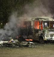 Eskilstunas kommunalråd Jimmy Jansson (S). Till höger bild på bilbränder i staden i veckan. Polisen tror att det var en hämndaktion från kriminella gäng. Totalt förstördes eller skadades mer än 30 fordon.  TT