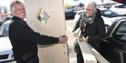 Jörgen och Birte Jensen från Bornholm lastar in sin nyinköpta dörr på parkeringen utanför ett byggvaruhus på Svågertorp i Malmö på fredagen. Johan Nilsson/TT