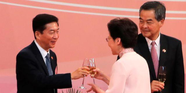 Hongkongs chefsminister Carrie Lang skålar med Kinasändebudet Luo Huining för att fira årsdagen av det brittiska överlämnandet av Hongkong till Kina. Kin Cheung / TT NYHETSBYRÅN
