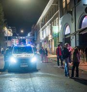Polisen på plats när festande människor återigen fyllde gatorna i Oslo. Annika Byrde / TT NYHETSBYRÅN