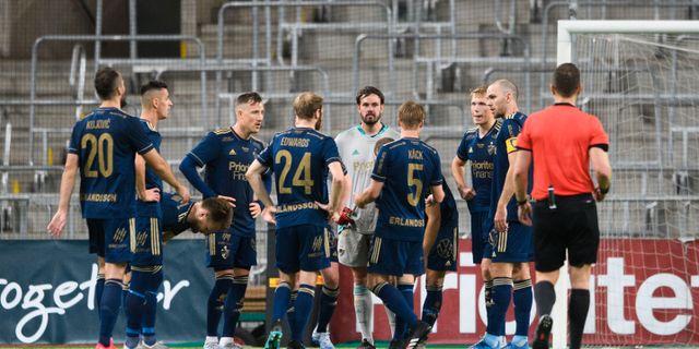 Djurgårdens spelare samlas efter 3-2 till Dalkurd. JOHANNA LUNDBERG / BILDBYRÅN