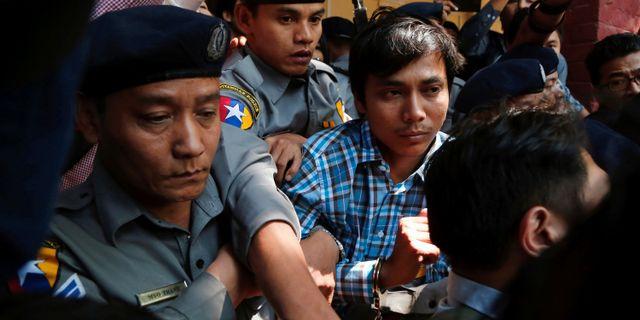 Kyaw Soe Oo eskorteras av polis. Stringer / TT NYHETSBYRÅN