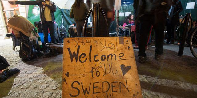 Arkivbild: Frivilliga välkomnar flyktingar till Stockholm i oktober 2015. Fredrik Sandberg/TT / TT NYHETSBYRÅN