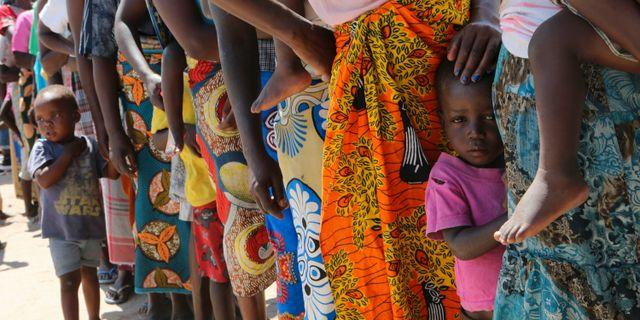 Kvinnor och barn efter cyklonen i Moçambique. Tsvangirayi Mukwazhi / TT NYHETSBYRÅN/ NTB Scanpix