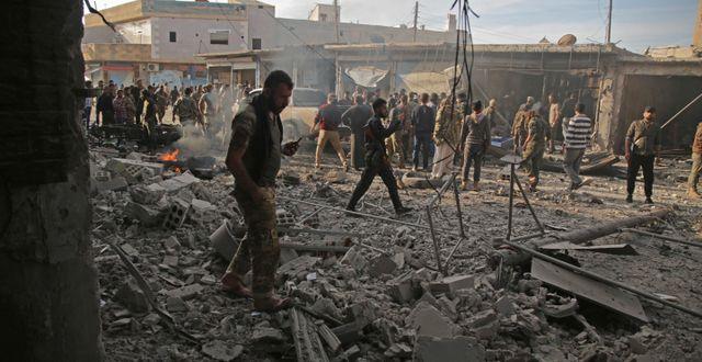 Soldater inspekterar platsen för bombdådet. BAKR ALKASEM / AFP