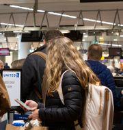 Arkivbild: Resenärer väntar på att få checka in på en flight till Chicago från Bryssels internationella flygplats.  Virginia Mayo / TT NYHETSBYRÅN
