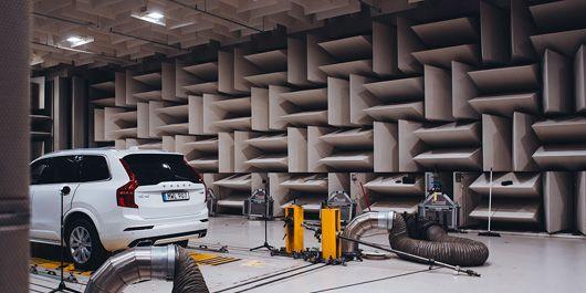 """I det tystaste rummet hos biltillverkaren i Torslanda, känt som """"ljudlabbet"""", utvecklas ljud för de nya elbilarna."""
