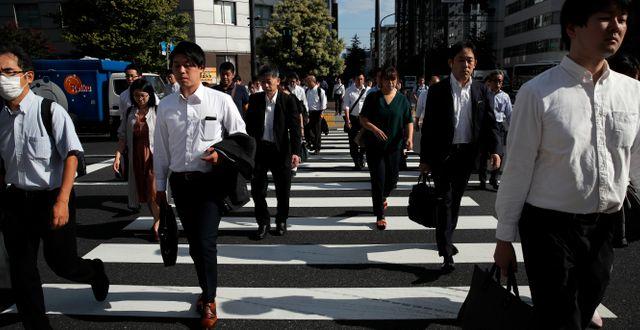 Illustrationsbild: Människor går över gatan i Shinbashi-distriktet i Tokyo, Japan.  Christophe Ena / TT NYHETSBYRÅN