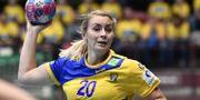 Isabelle Gulldén med bollen under fredagens handbollslandskamp mellan Sverige och Montenegro. Björn Larsson Rosvall/TT / TT NYHETSBYRÅN