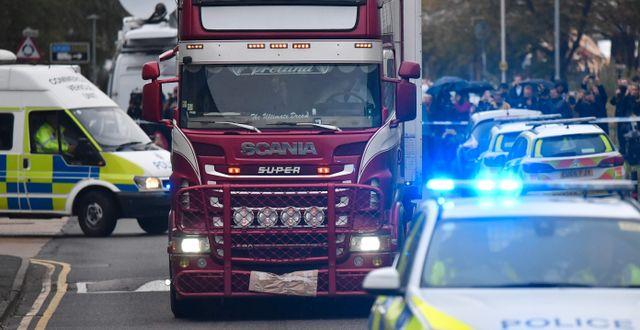 Polis för bort containern där 39 människor hittades döda.  BEN STANSALL / AFP