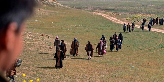 Personer som tros vara IS-anhängare lämnar Baghouz den 13 fe FADEL SENNA / AFP